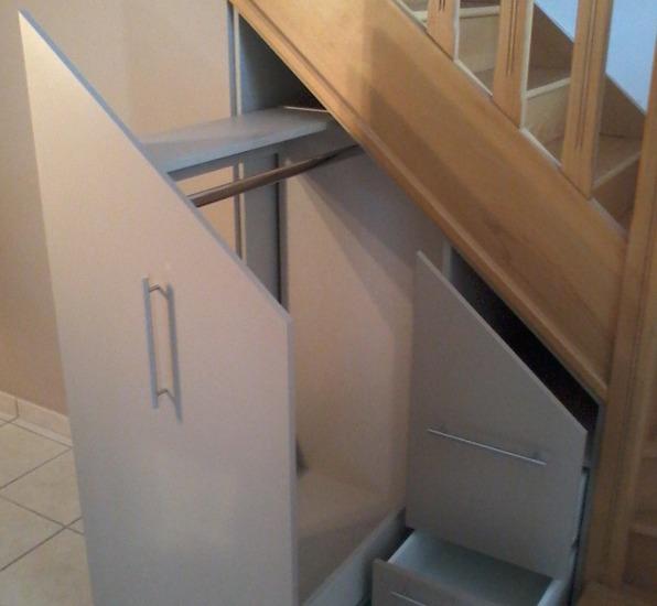 rangements sur mesure ouvert sous escalier