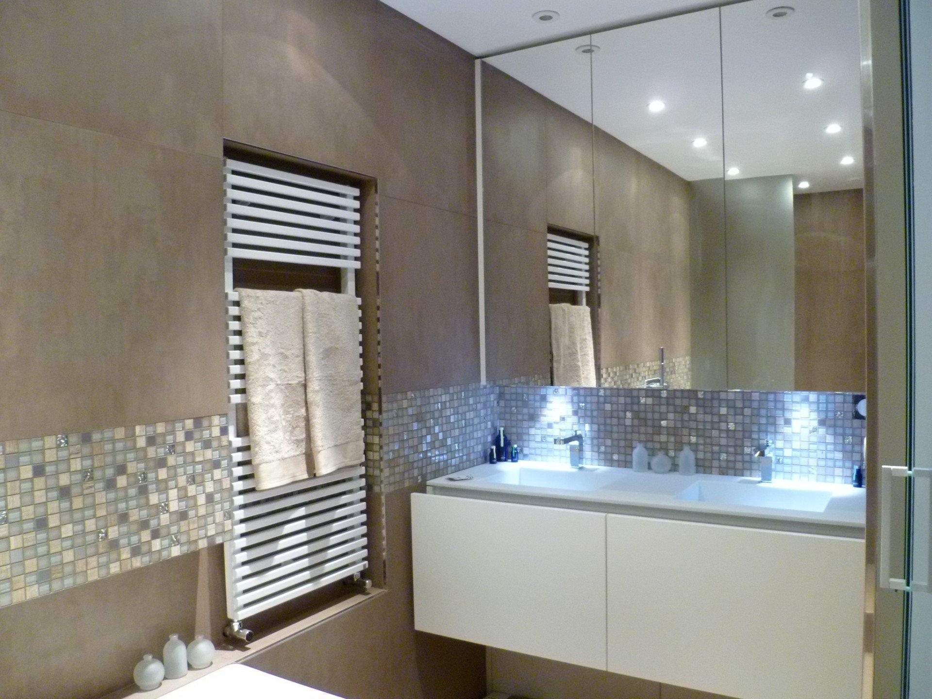 Une salle de bain aux teintes douces creativ mobilier for Mobilier de salle de bains