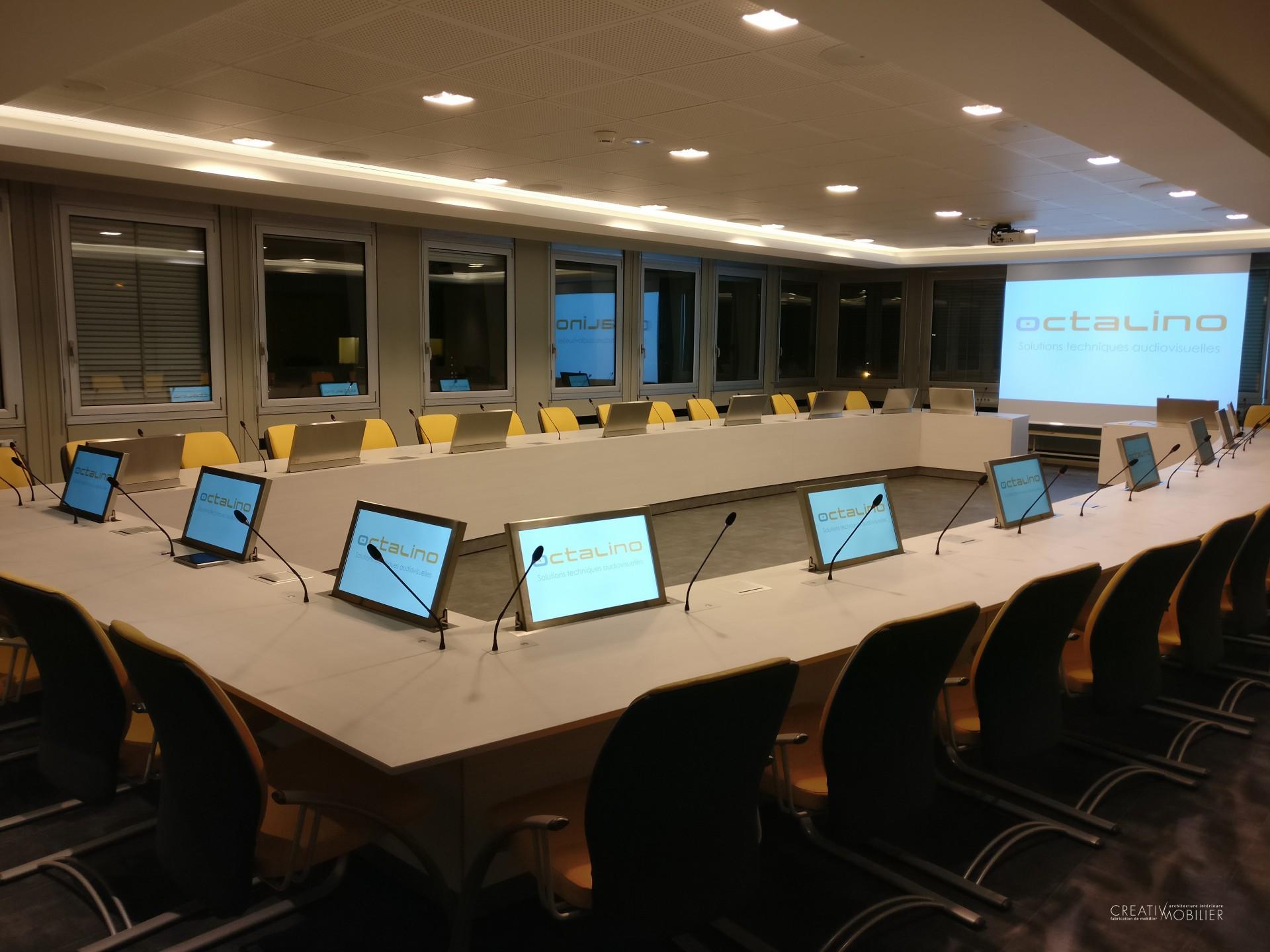 Table de réunion avec écran et micro intégrés