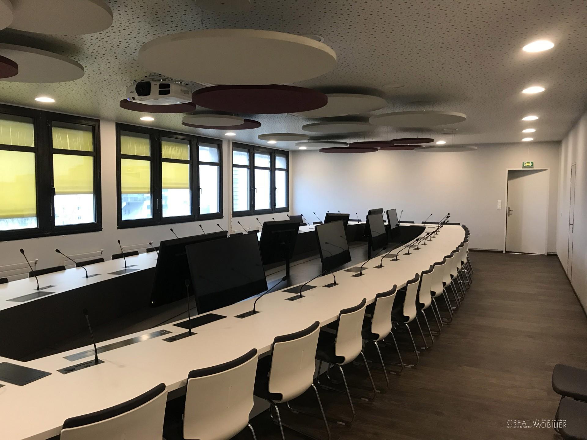 Table de réunion sur-mesure avec ciel acoustique