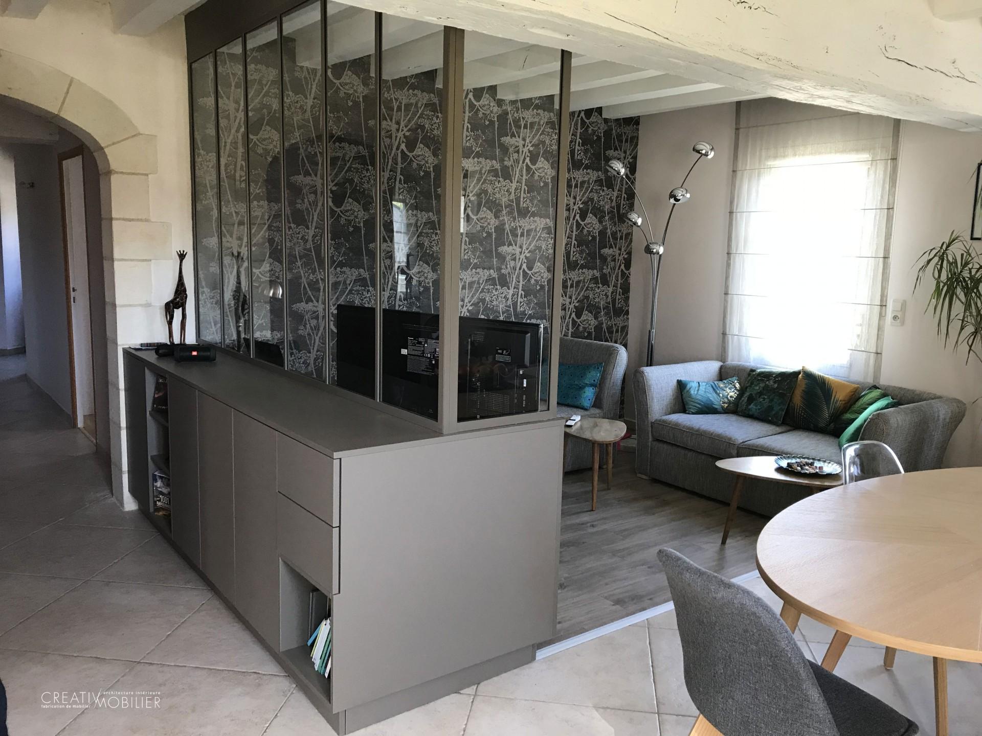 Une verrière sur-mesure et son rangement pour créer un espace salon